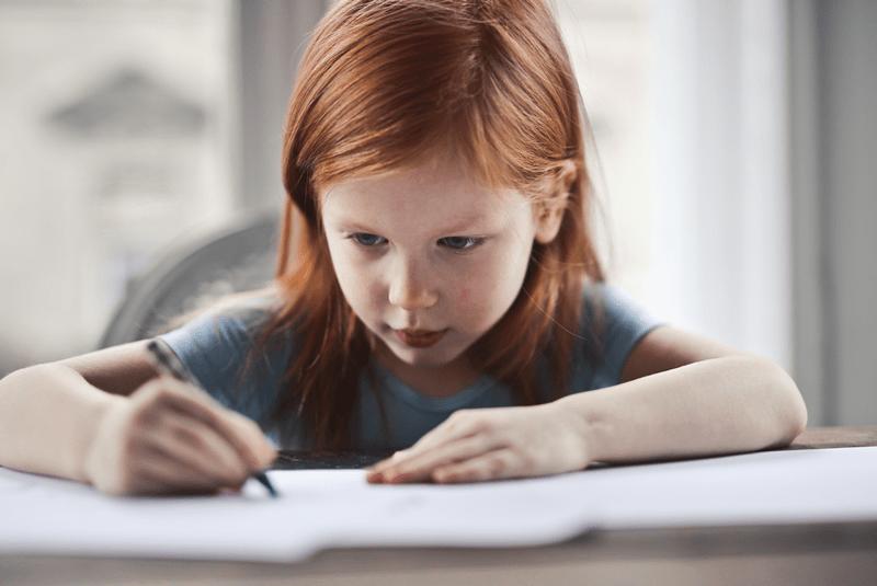 Petite fille passant un test d'intelligence